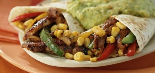 Tortillas met roergebakken varkensvleesreepjes en avocadodip