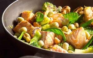 Zalm met groene groenten uit de wok